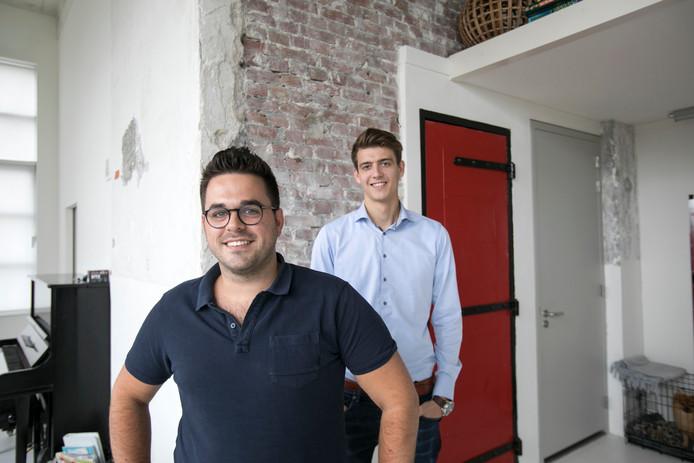 Mark Cudok (voorgrond) en Jarno Heijting in de loft van Cudok, woon- en werkplaats in één.