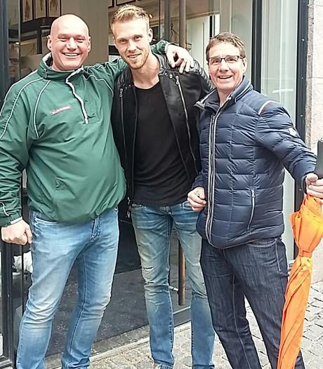 Feyenoordfans lopen hun held Jørgensen tegen het lijf
