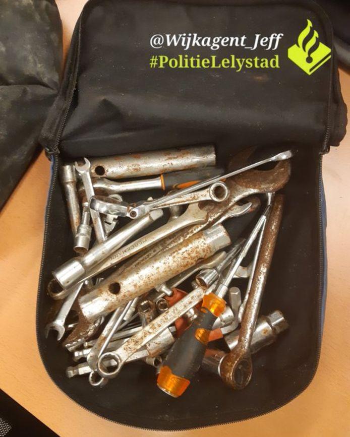 De verdachte had deze materialen bij zich toen hij werd aangehouden in Lelystad.