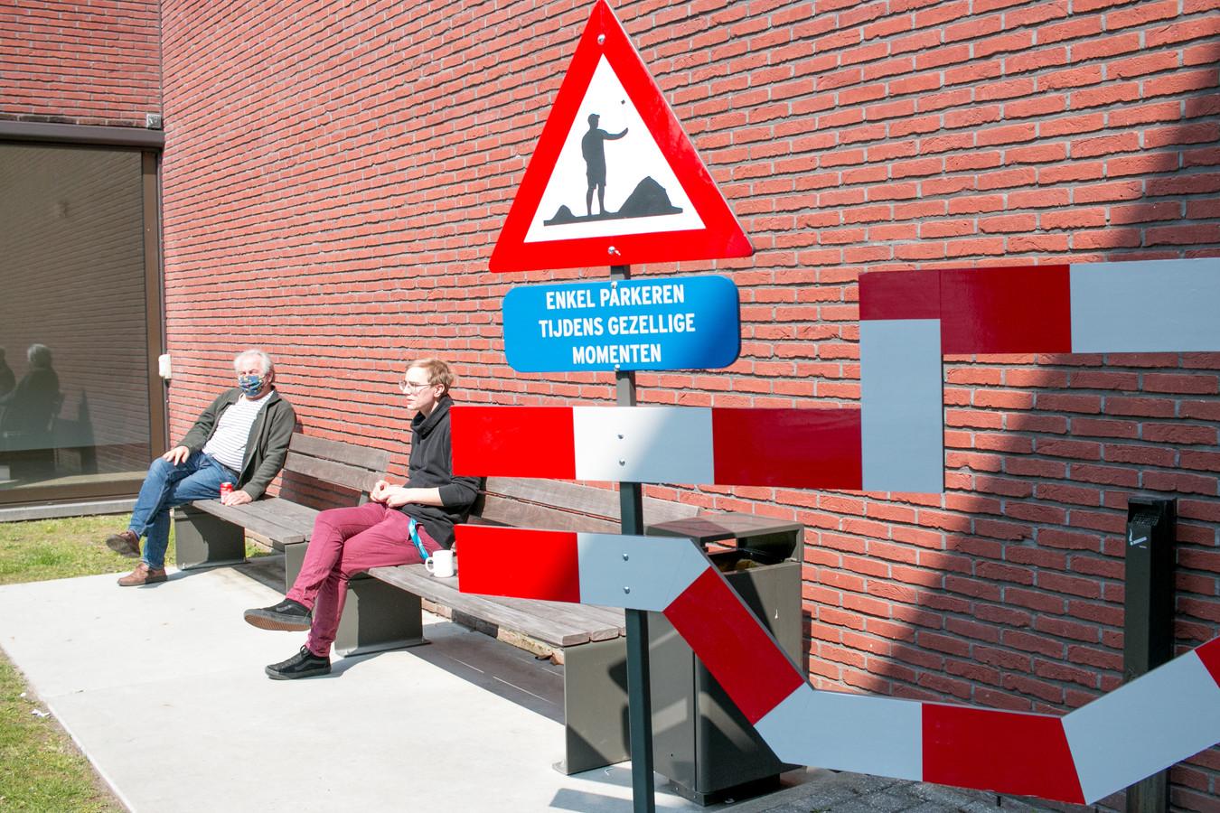 De Nederlander 'Boyscout Designer' zoekt de rafelige randen op van de publieke ruimte. Op zeven plaatsen in het stadscentrum zet hij opvallende installaties.