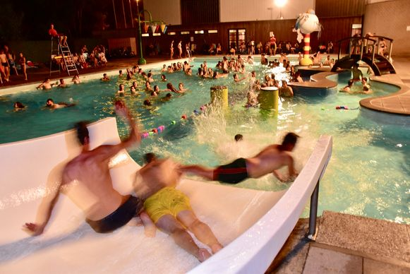 Ook de brede glijbaan bleek een attractie tijdens het nachtzwemmen.