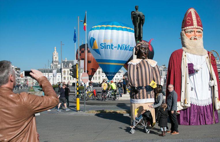 De reuzen Sinterklaas en Zwarte Piet komen voor één keer eens in het voorjaar buiten.