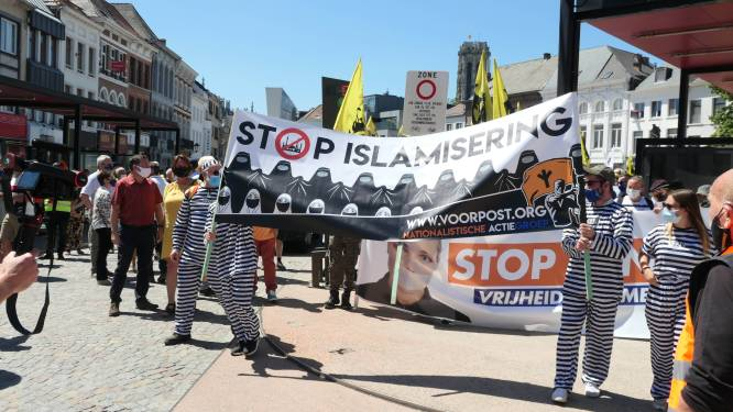 Duizend leden van Voorpost betogen met omstreden spandoek voor vrijheid van meningsuiting