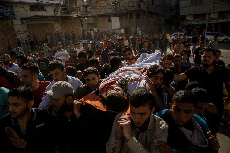Begrafenisstoet van een Palestijn die maandag door Israëlische troepen werd doodgeschoten.