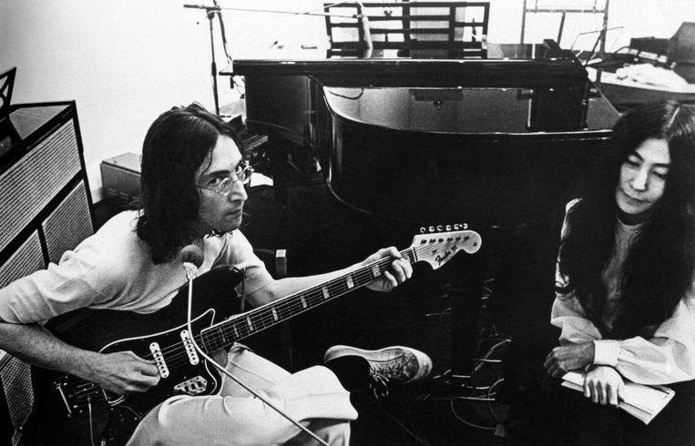 British singer, musician and member of The Beatles John Lennon playing guitar beside his wife, the Japanese-born American artist and musician Yoko Ono. 1970 Beeld ©
