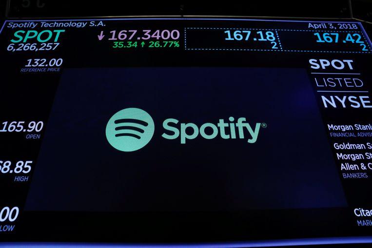 Het Spotify-logo op het bord van de New York Stock Exchange. Het bedrijf haalde 24 miljard euro op. Beeld REUTERS