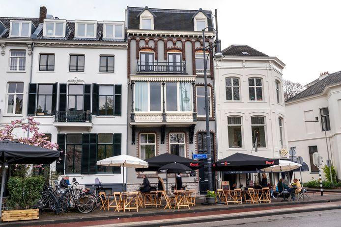 Herenhuizen aan de Velperbuitensingel in Arnhem, op de hoek rechts Café Vrijdag en rechts daarvan 'De Vergaderie' in het het rijksmonument uit 1865. Het terras is met toestemming van de gemeente uitgebreid.