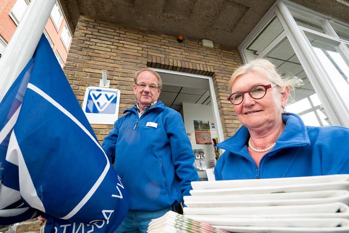 Vrijwilligers Henk van Gent en Annemarie van Vliet in het VVV kantoor tijdens het vijf-jarig bestaan van het kantoor in het oude brugwachtershuis