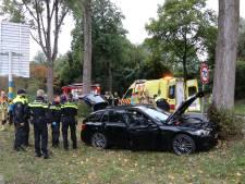 Auto rijdt tegen boom op Australiëweg, bestuurder met spoed naar ziekenhuis