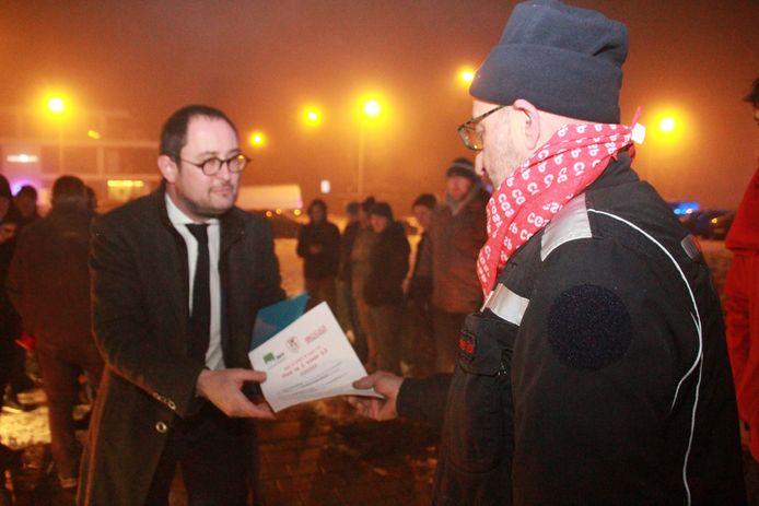 Burgemeester Van Quickenborne krijgt een pamflet van de actievoerders