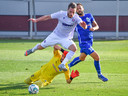 Dimitrios Diamantakos (l) van Hajduk Split  met doelman Hadis Velii van Renova in een wedstrijd in de kwalificatie van de Europa League.