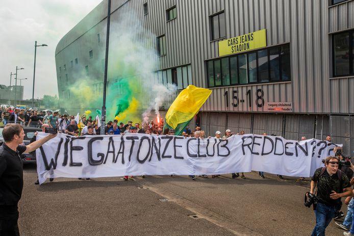 Supporters van ADO Den Haag demonstreerden op 10 juni bij het ADO-stadion tegen het bestuur.