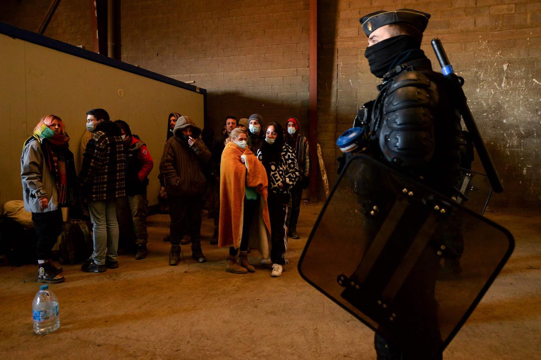 De Franse Gendarmerie omsingelt de laatst overgebleven feestvierders in de 'leegstaande' hangar in Lieuron. Zo'n 2.500 jongeren vierden hier nieuwjaar, 36 uur aan een stuk. Beeld AFP
