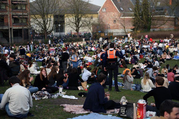 Het stadspark van Leuven zit opnieuw vol groepjes jongeren.  Beeld Vertommen