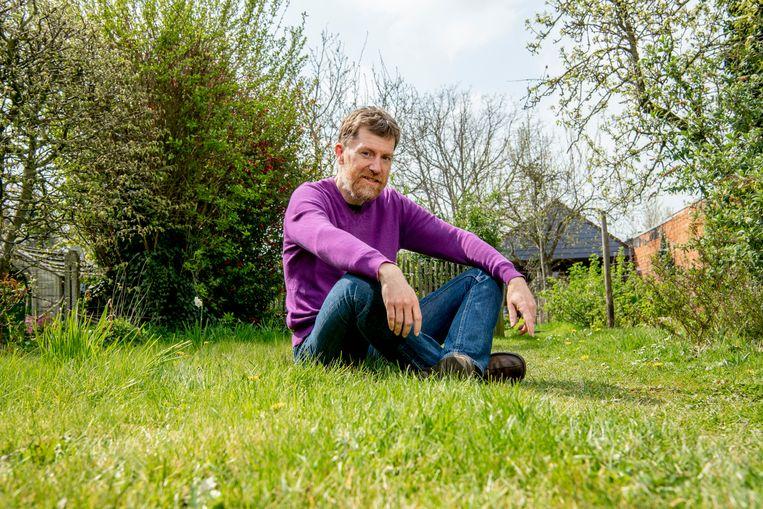 """Stijn: """"In mijn tuin ben ik in goed gezelschap van vogels, vlinders, bijen, oorwormen en bladluizen."""" Beeld Florian Van Eenoo Photo News"""