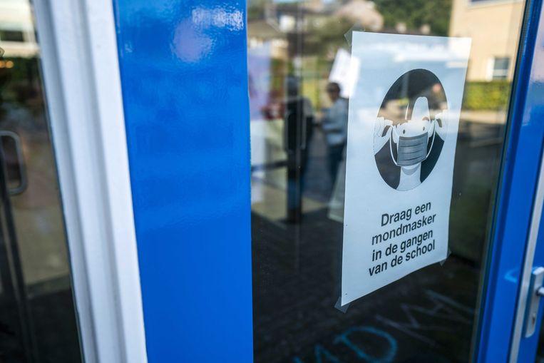 Ouders van leerlingen en sympathisanten van Viruswaarheid Nederland protesteren op het schoolplein van het Farel College tegen de mondkapjesplicht (mondmasker) die voor leerlingen op de middelbare school geldt.  Beeld ANP