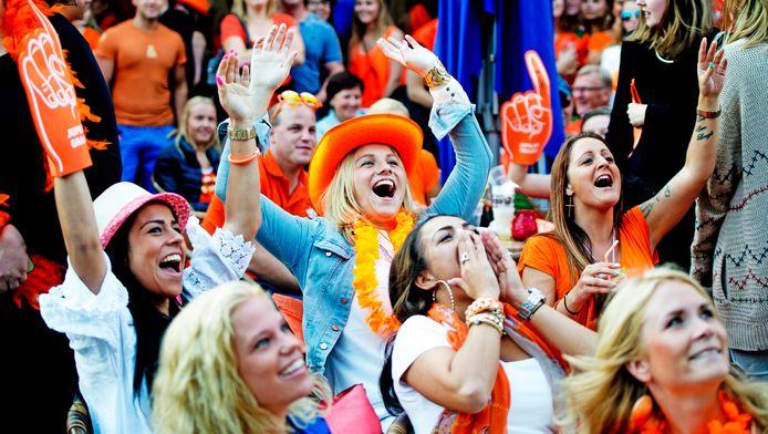 Oranjefans kijken, in 2014, samen op het Stadhuisplein in Rotterdam naar wedstrijd Nederland-Spanje.