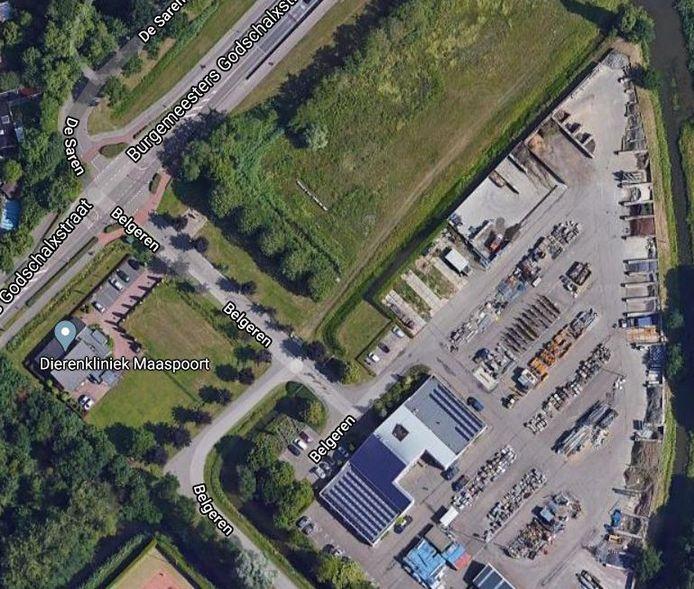 Het stuk (groene) grond in de Maaspoort waar de gemeente Den Bosch tijdelijke woningen neer wil zetten.