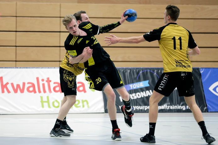 Dennis Vesters (midden) onderneemt een doelpoging en doet er ondertussen alles aan om te slagen bij Handbal Houten.