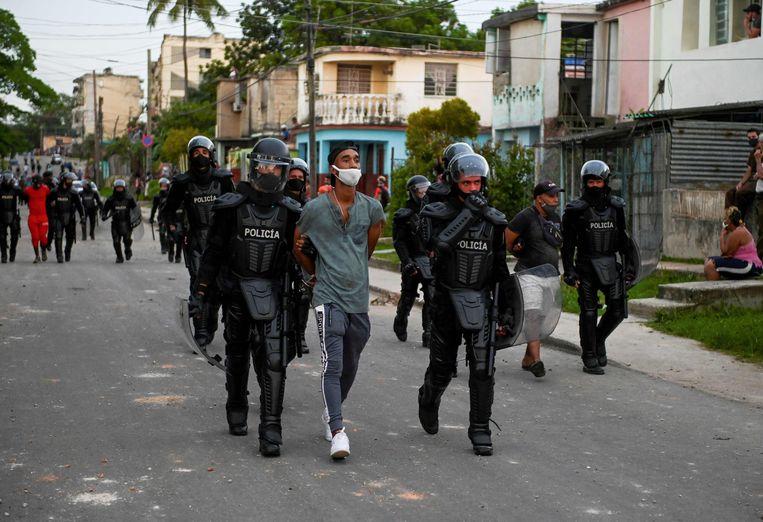 Een man wordt gearresteerd tijdens een demonstratie tegen de regering in de gemeente Arroyo Naranjo, Havana op 12 juli. Beeld AFP
