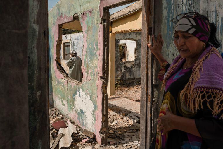 Magaly Baez (l.) en Luz Marina in hun kapotgeschoten familiehuis te Yauruna.  Beeld NYT/ADRIANA LOUREIRO FERNANDEZ