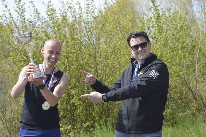 Jeroen Kramer kreeg eerder uit handen van organisator Matthieu Warrens (rechts) al een beker vanwege zijn snelste tijd op de marathon: 2.25,25 uur.