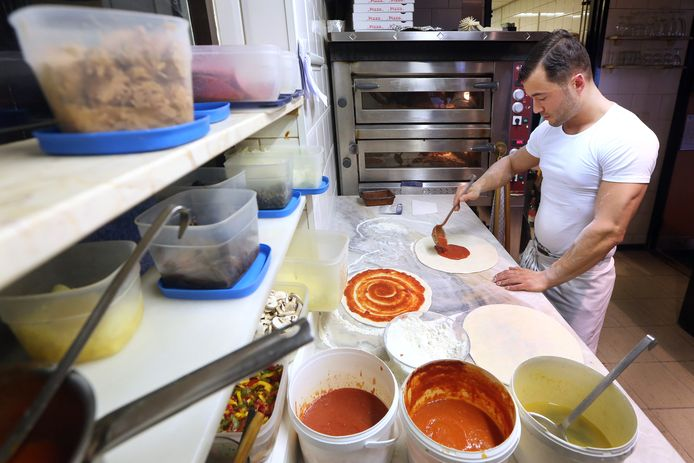 Italiaans restaurant en pizzaria 'La Pergola', kok Renato Delogu aan het werk in de keuken. Foto: Ramon Mangold/ Pix4Profs