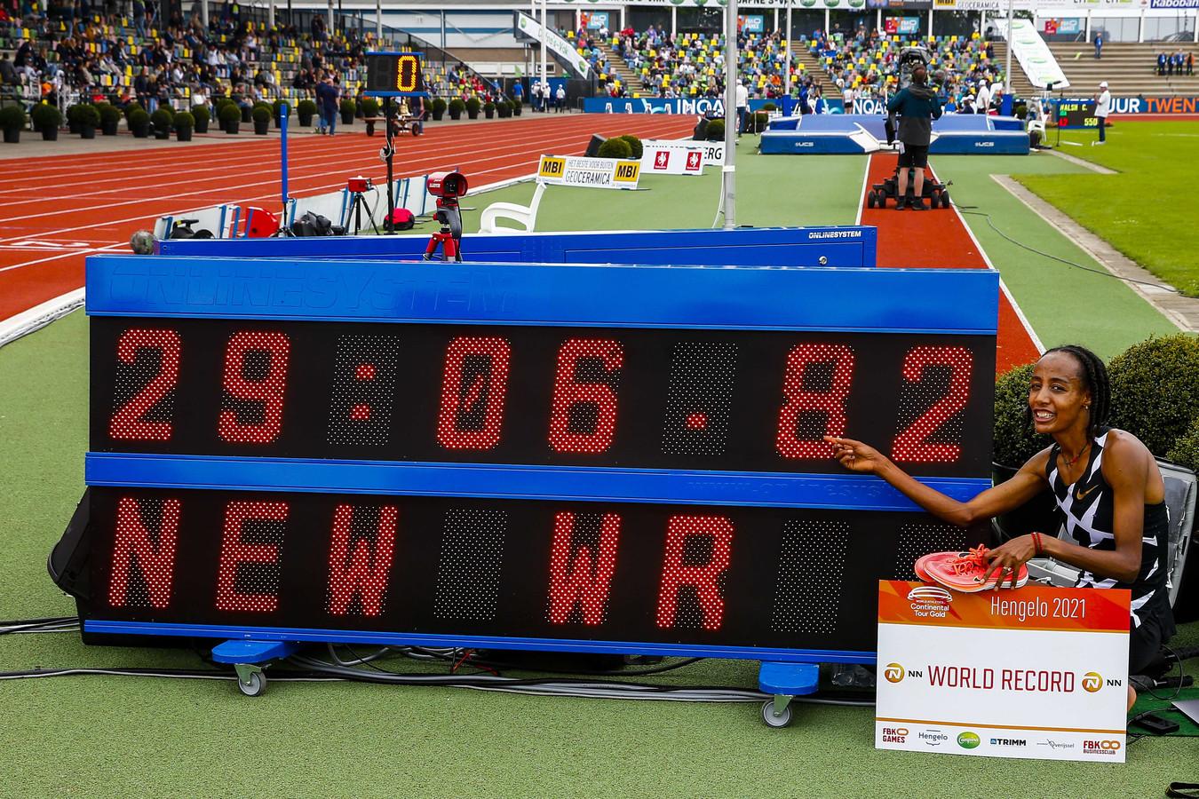 Sifan Hassan met haar nieuwe wereldrecord.