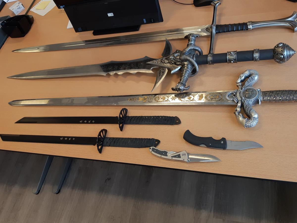 De gevonden zwaarden en messen.