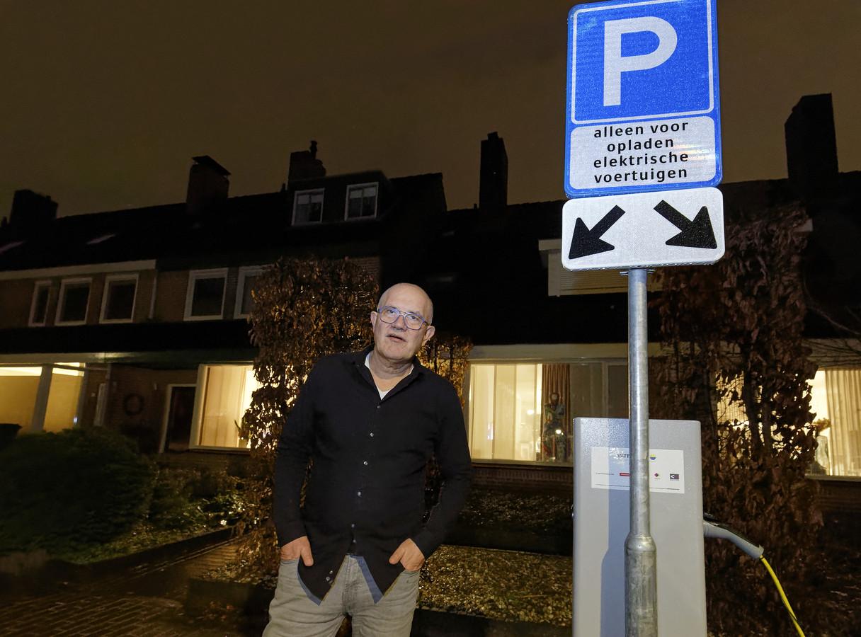 Paul Sluijpers voor zijn woning in Schijndel, waar de laadpaal werd geplaatst.