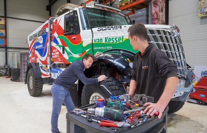 Maurik van den Heuvel in de werkplaats van Team Dakarspeed te Uden. Deze doet mee aan de komende Dakar Rally.