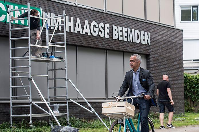 Huisarts Zabi Hamidi fietst langs het nieuwe Gezondheidscentrum Haagse Beemden waar laatste hand aan wordt gelegd.