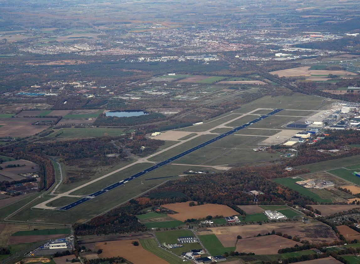 De start- en landingsbaan van Eindhoven Airport/Vliegbasis Eindhoven.