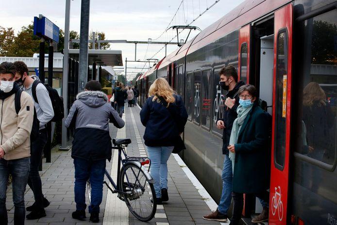 Reizigers op de MerwedeLingelijn stappen uit in Hardinxveld. Reizigersorganisaties willen graag nieuwe, betere treinen, maar dat vergt een enorme investering.