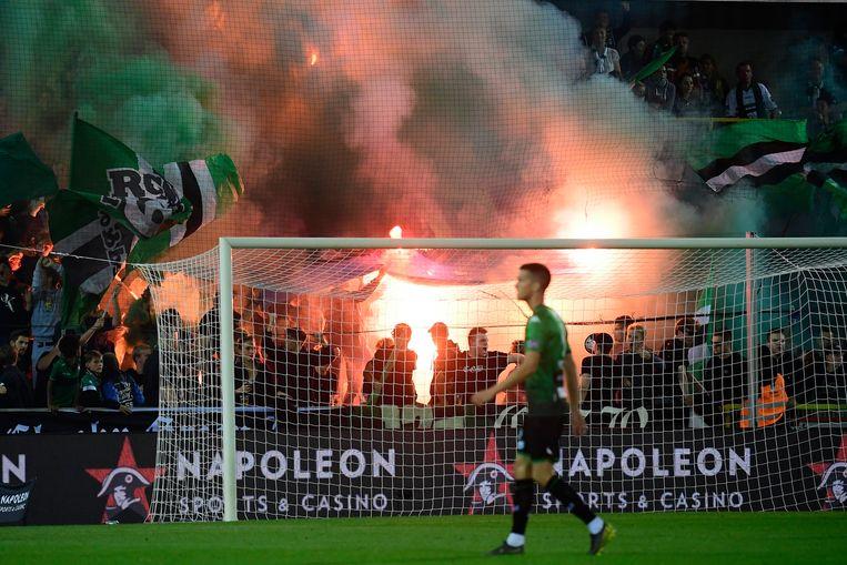 Fans van Cercle steken een vlag van Club Brugge in brand.