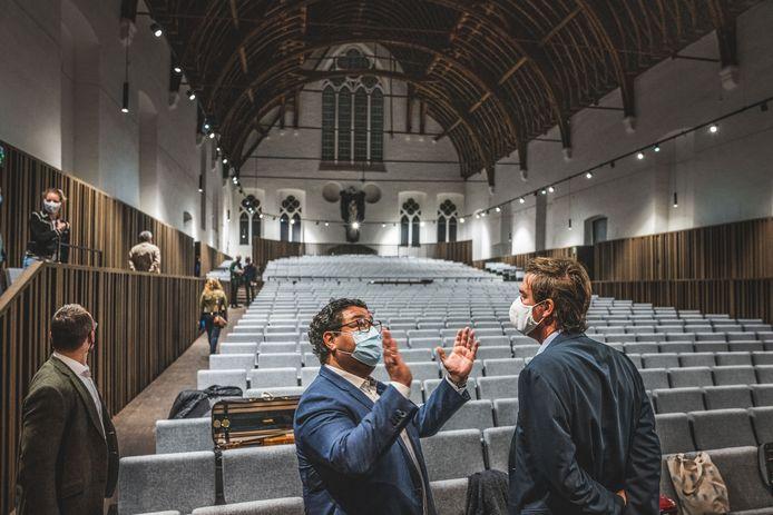 De vloer van de nieuwe zaal ligt 1m20 lager dan vroeger. Vooraan op de foto: schepen van Cultuur Sami Souguir (links) en burgemeester Mathias De Clercq.