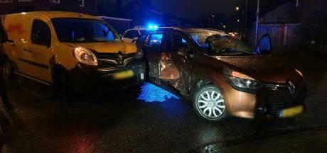 Twee voertuigen botsen tegen elkaar in Enschede, kind klaagt over pijnlijke arm