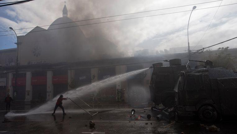 De demonstranten worden met traangas en waterkanonnen uiteen gedreven.