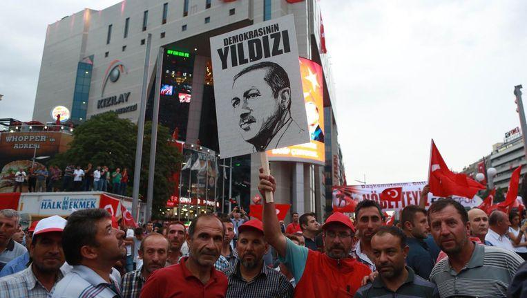Aanhangers van Erdogan betuigen hun steun aan de regering op een plein in Ankara. Beeld afp