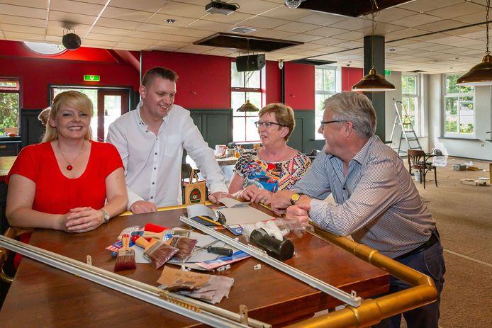 Mariëlle Kleine en partner Rogier van 't Ende (links) huren sinds juni café-restaurant Vos van Klaas en Marjo Vos. De Dorpsraad IJhorst-Lankhorst hoopt in het etablissement een huiskamer voor IJhorsters te kunnen realiseren.