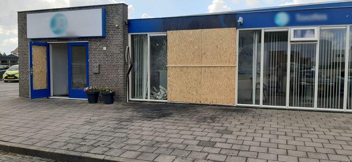 Schade aan een taxatiekantoor in Steenbergen nadat een auto er bewust op in gereden is.