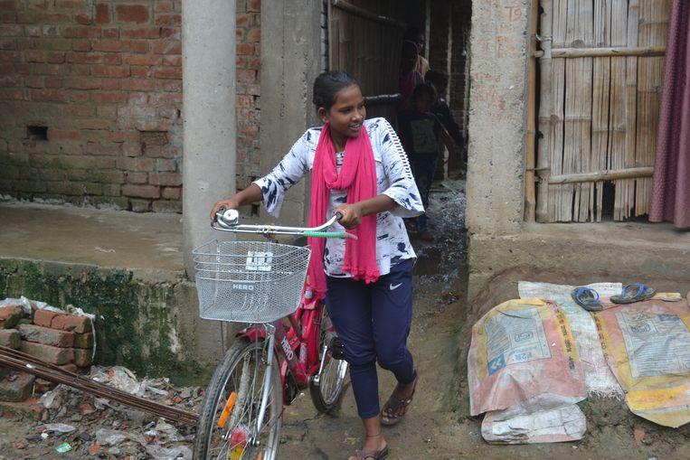 Jyoti Kumari met haar fiets buiten haar huis in Sirhulli, Bihar. Beeld Aletta André