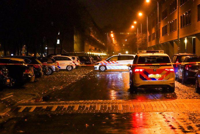 Politie in de Echternachlaan na de beschieting van een auto en woning afgelopen maandagochtend.