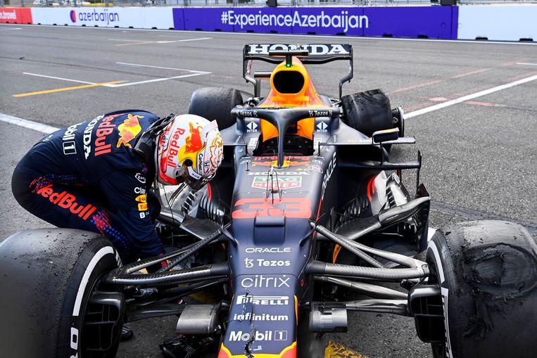 Max Verstappen kijkt zijn racewagen nog eens na in Azerbeidzjan. Beeld Photo News
