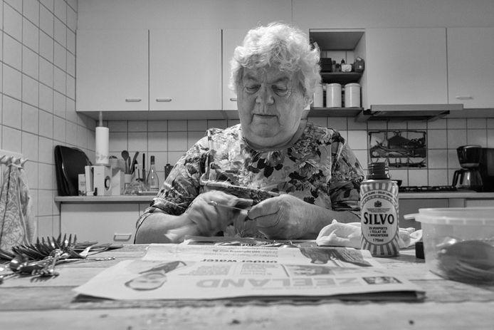 Bep Jobse (76) poetst zilver aan haar keukentafel.