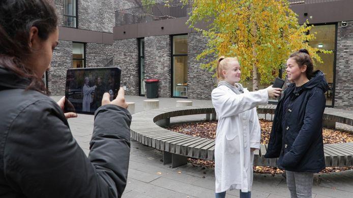 Leerlingen van de Gerrit Rietveld College in Utrecht leren wat Fake News is door het zelf te maken.