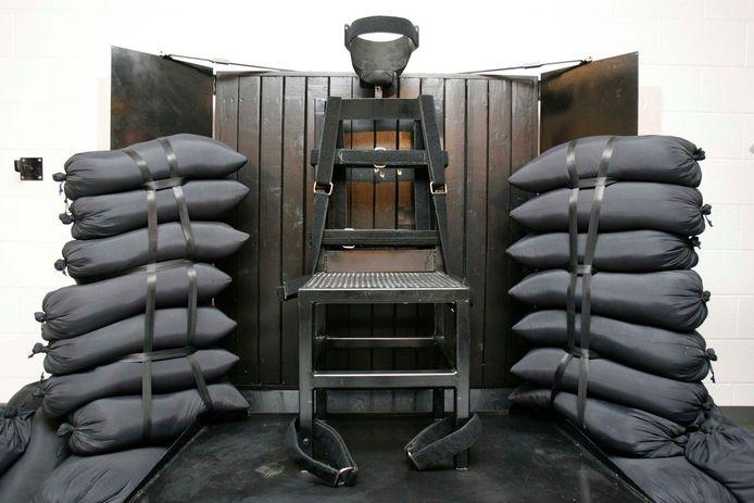 De executiestoel in Utah na een vuurpeloton in 2010. Er zijn nog kogelgaten te zien in de achterkant van de stoel.
