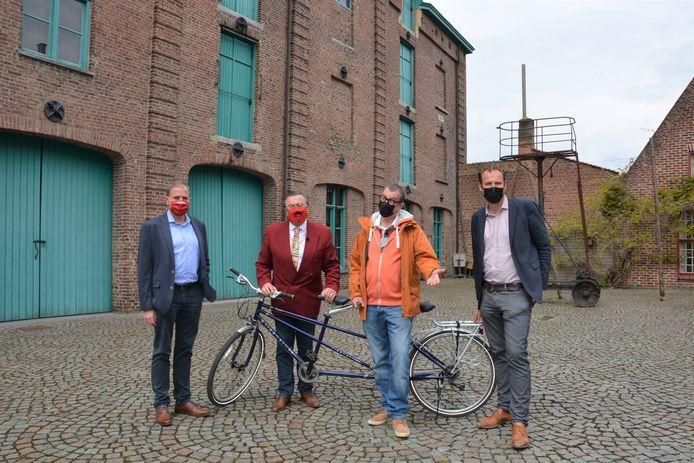 Burgemeester Christof Dejaegher en schepen van jeugd Ben Desmyter met Marcske en Boma van F.C. De Kampioenen. Ze staan op de binnenkoer van het Hopmuseum, één van de stopplaatsen van de zoektocht.