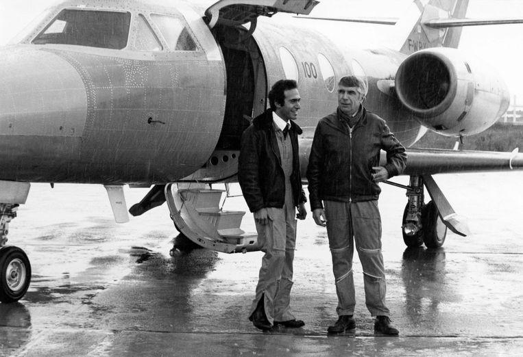 Olivier Dassault (l) in 1977 na een vlucht in een Falcon 10. Beeld AFP