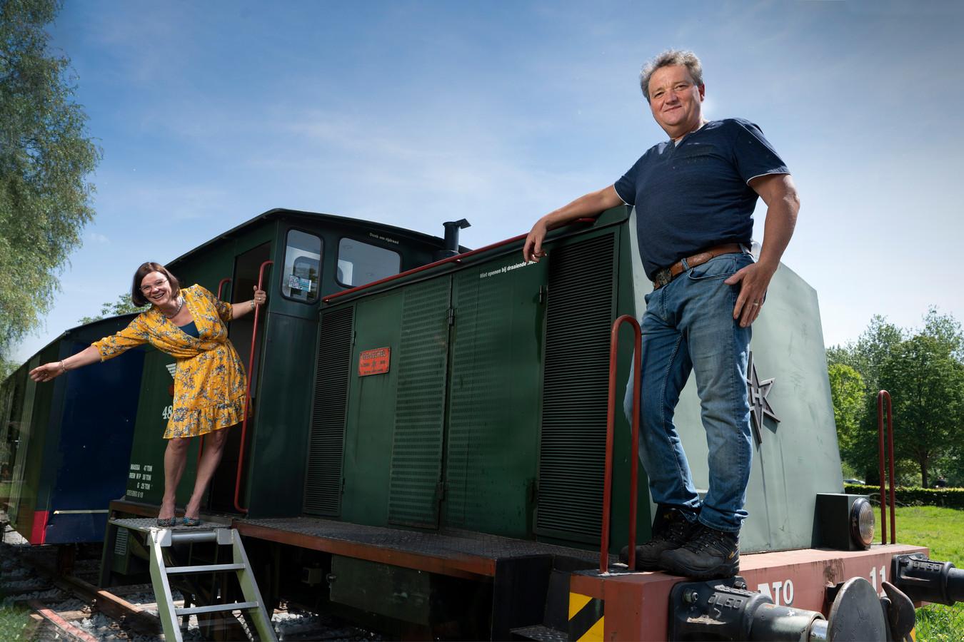 Miranda en Jos Sanders verplaatsen hun locomotief en wagon naar de andere kant van het Duits Lijntje. Het wordt een bed and breakfast.